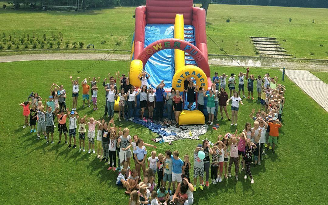 Pozdrawiamy z półkolonii w Caritasie w Budach Głogowskich